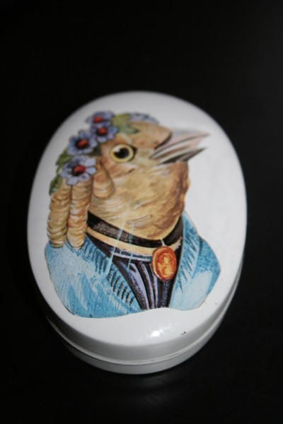 kitsch bird tin